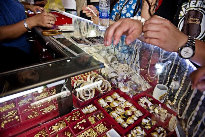 Elfenben smykker og amuletter selges over disken i Bangkok, Thailand.