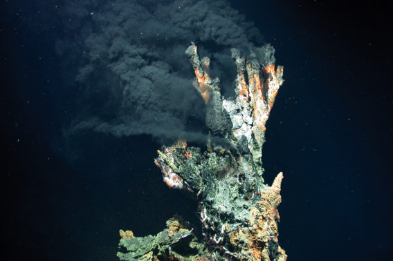 Sort skorstein under vann