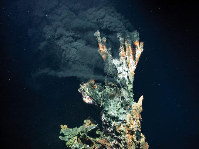 En hydrotermisk skorstein som ryker under vann.