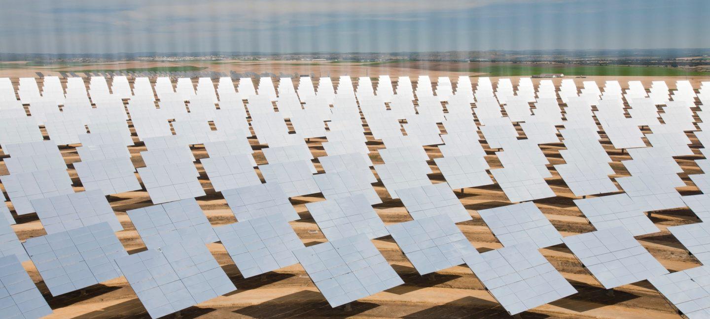 Bildet viser et solenergi-anlegg i Spania, med mange solspeil på et stort område.