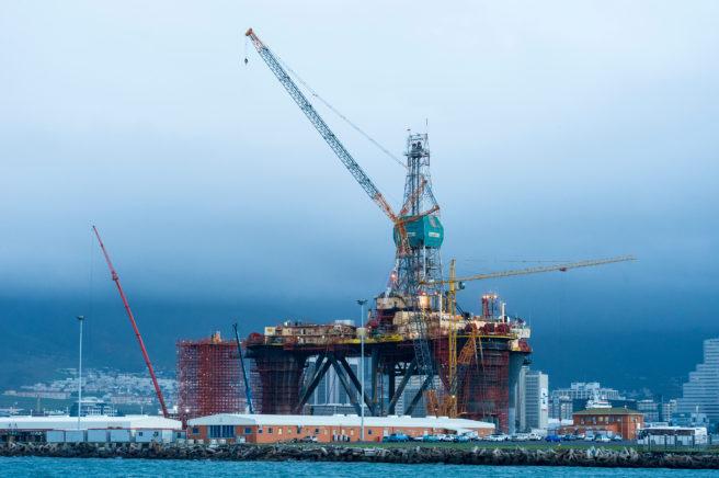 En oljeplattform bygges på land.