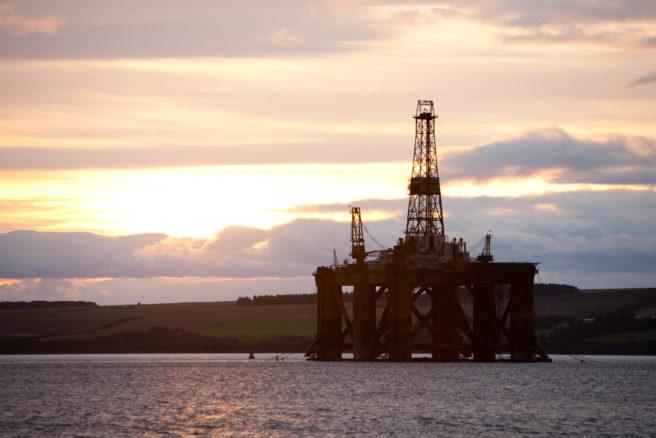 En oljerigg i solnedgang.