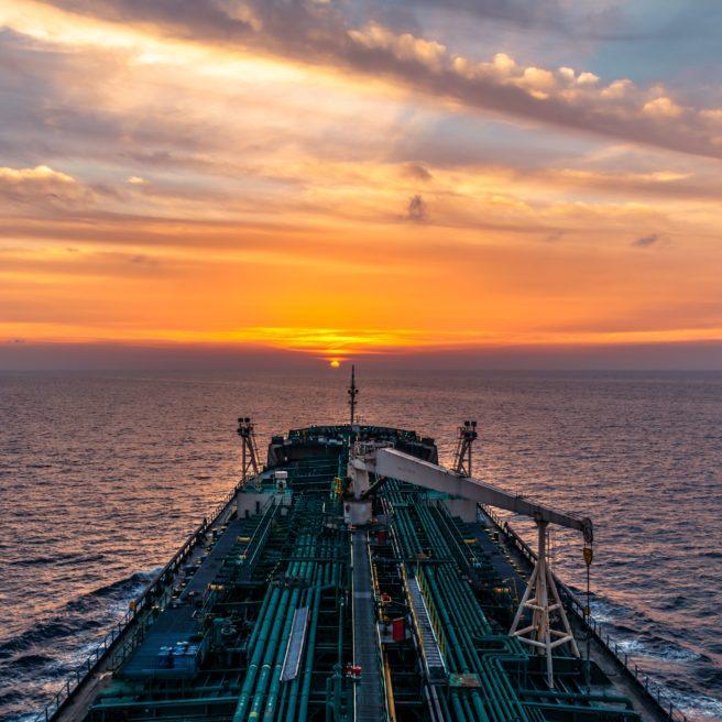 Bildet er tatt fra broen på et tankskip seiler inn i solnedgangen.