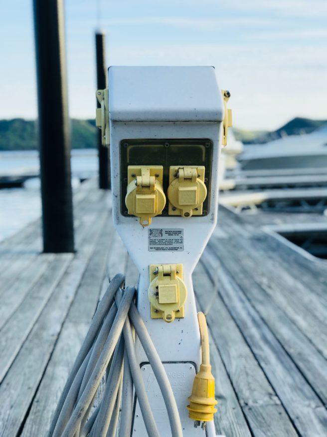 En ladestasjon for elektriske biler eller båter.