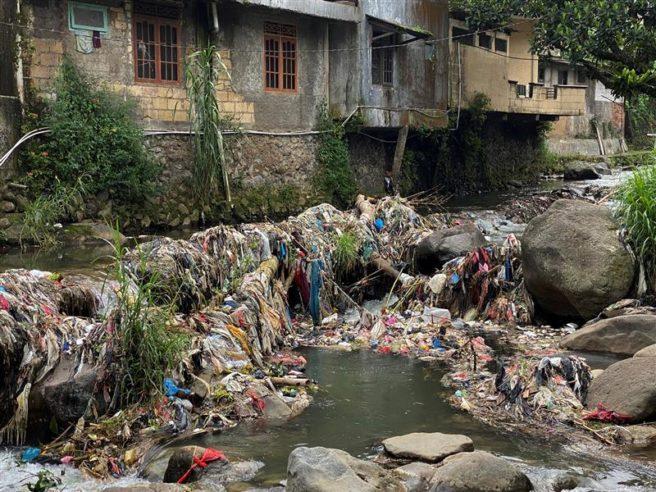 Elven Ciliwung i Indonesia er full av plast og annen søppel.