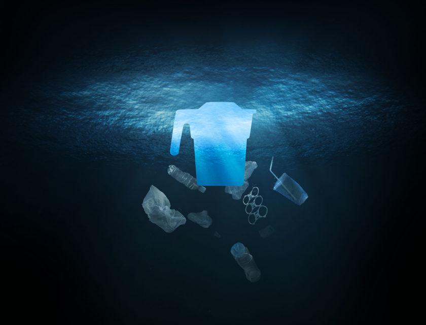 Bilde av mørkt hav med konturen av en innsamlingsbøsse og plastsøppel