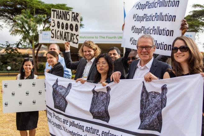 WWFs delegasjon til UNEA 4 i Nairobi, med Eirik Lindebjerg. Ute, banners og posters.