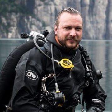 WWFs marinbiolog Fredrik Myhre ikledd dykkerdrakt.