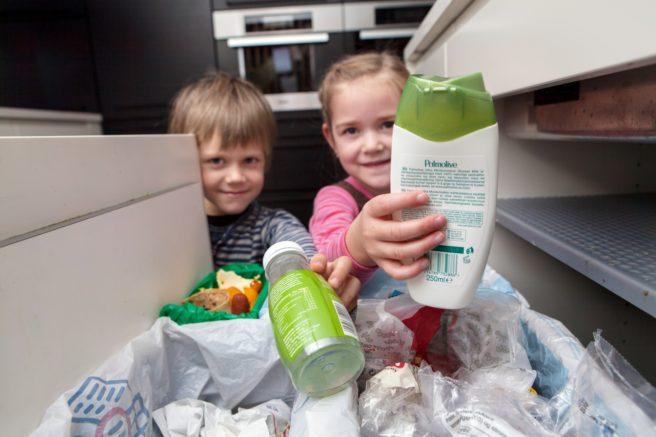 Barn som resirkulerer plast