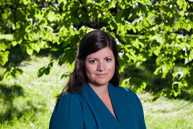 Bilde av generalsekretær i WWF Verdens naturfond Karoline Andaur foran grønne trær og busker