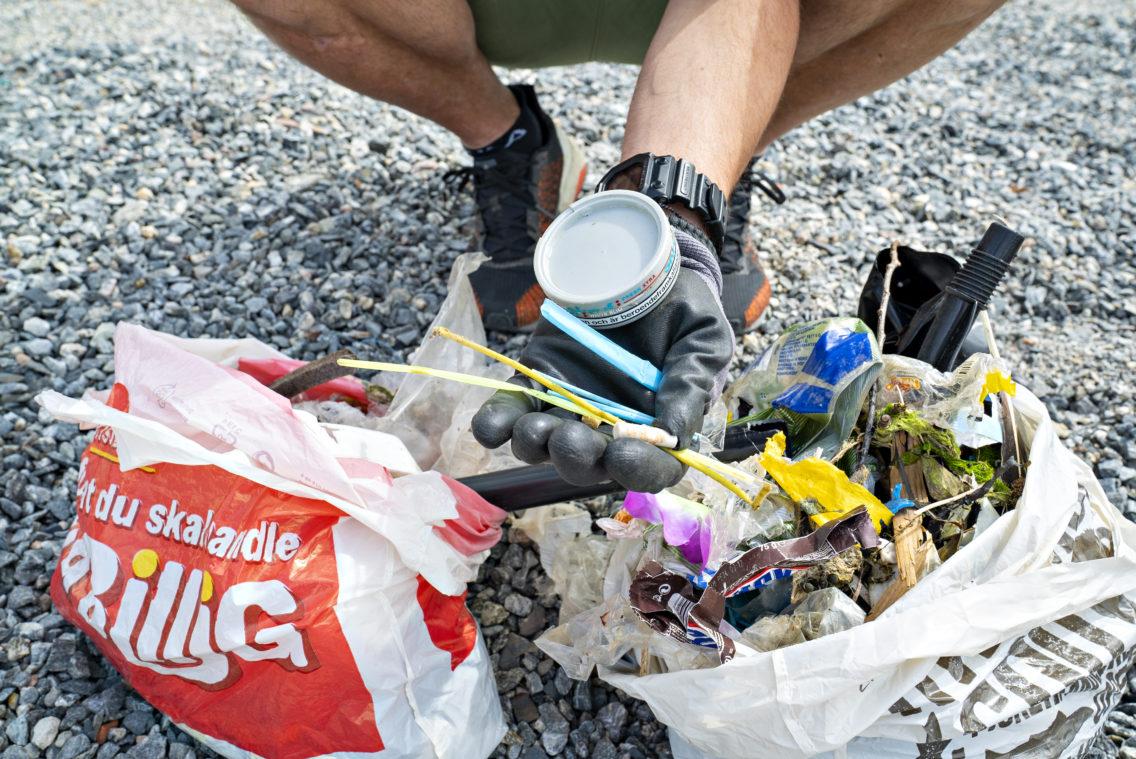 Plastsøppel på en strand i Oslo.