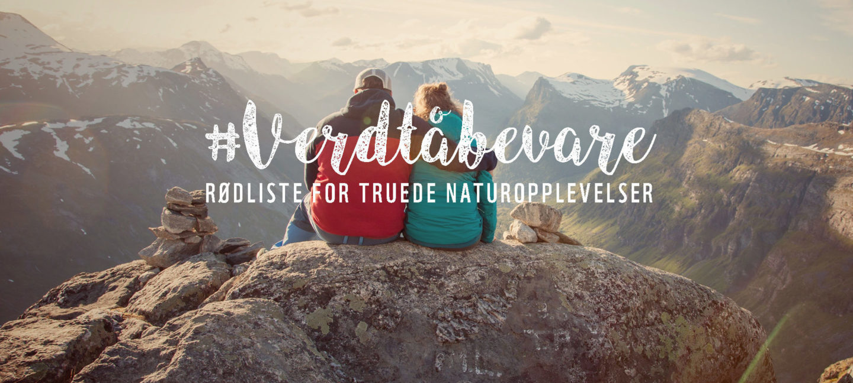 Tekst på bildet: #Verdtåbevare: Rødliste for truede naturopplevelser. Beskrivelse av bildet: To mennesker sitter tett sammen på en fjelltopp. Den ene har rød jakke, den andre har grønn. De har ryggen mot kamera og skuer utover utsikten.