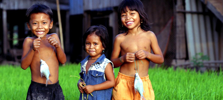 Tre barn med nyfiskede karper