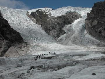 En gruppe mennesker på tur over Austerdalsbreen