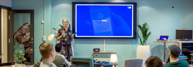 Marte Ness fra WWF forteller om Earth Hour foran 20 utviklere og designere på kontorene til Finn.no.