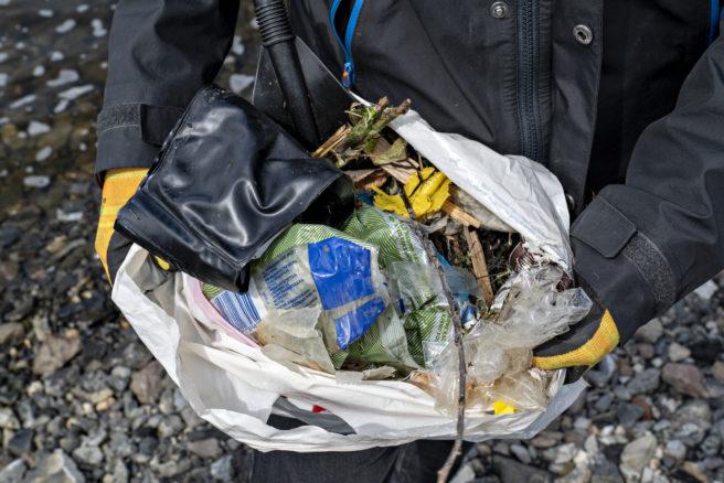 Pose med søppel samlet fra stranden ved operahuset i Oslo.