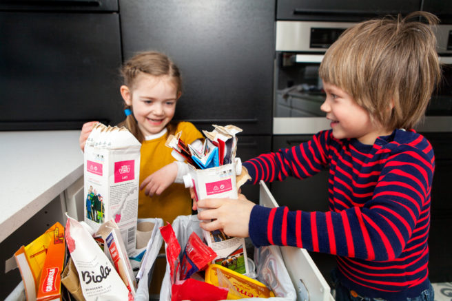 To barn kildesorterer emballasje
