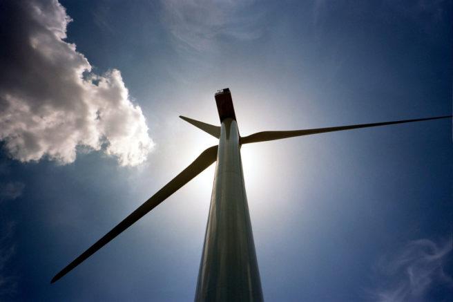 En vindmøll som skygger for sola.