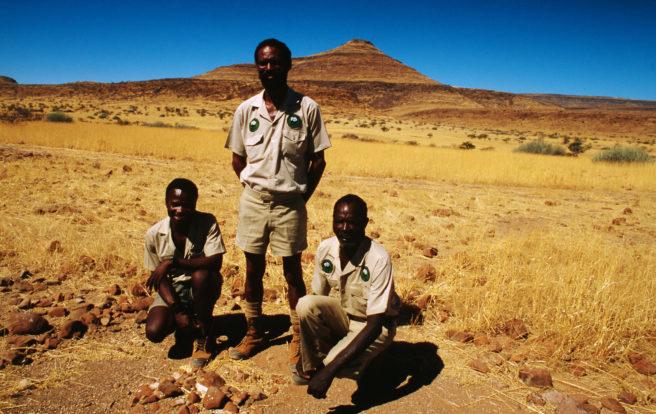 Tre lokale viltvoktere i Namibia.