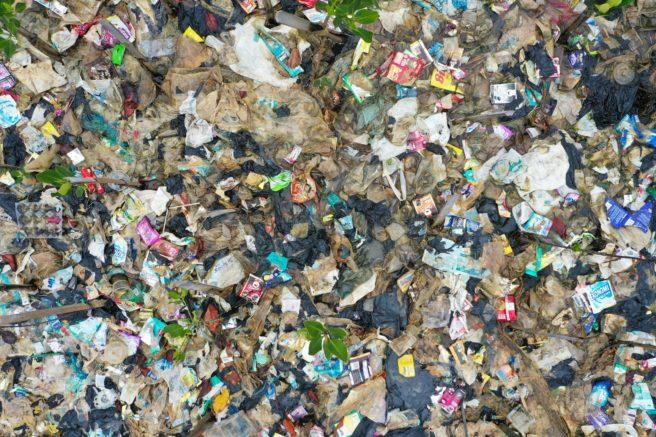 Et område nesten dekket av plastsøppel