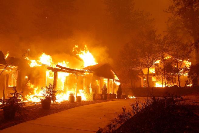 Hus brenner under en skogbrann i California.