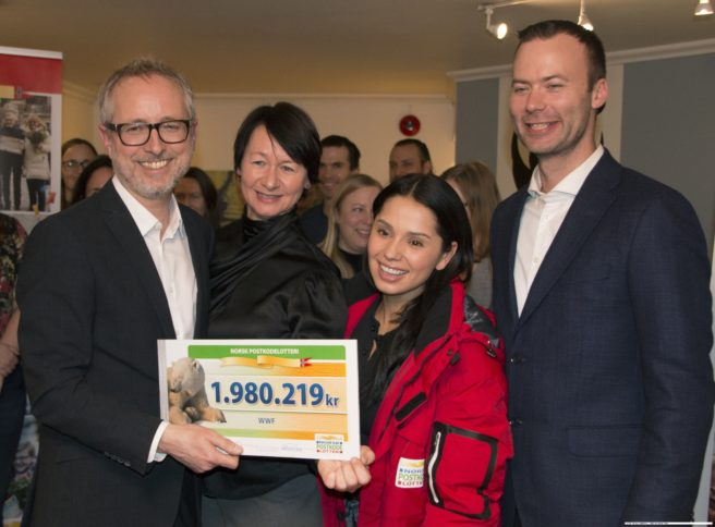 En glad generalsekretær, Bård Vegar Solhjell og ansatte, tok imot pengene 7. februar 2019.
