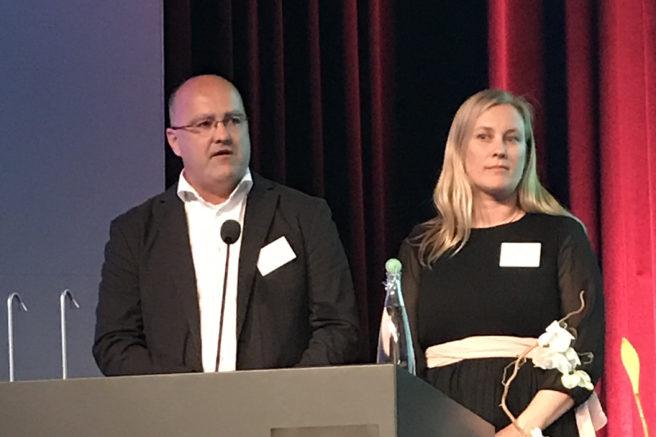 Martin Norman og Ragnhild Waagaard på podiet under Equinors generalforsamling 2019