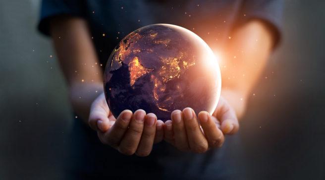 Fotomontasje av hender som holder en jordklode
