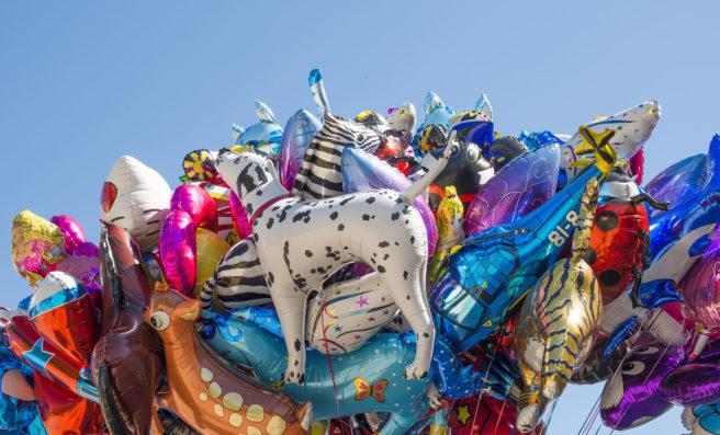 En ansamlig med heliumballonger.