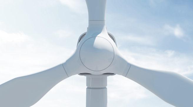 Nærbilde av en vindmølle, sentrert og forfra. kantene på alle rotorene går ut av rammen på begge sider og på toppen.