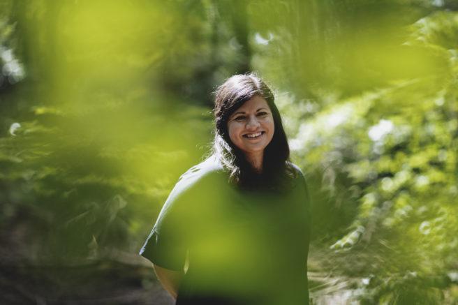 WWFs generalsekretær Karoline Andaur omgitt av trær