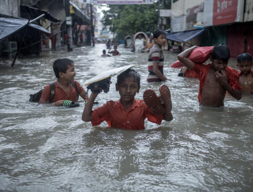 Barn beveger seg gjennom en oversvømt gate